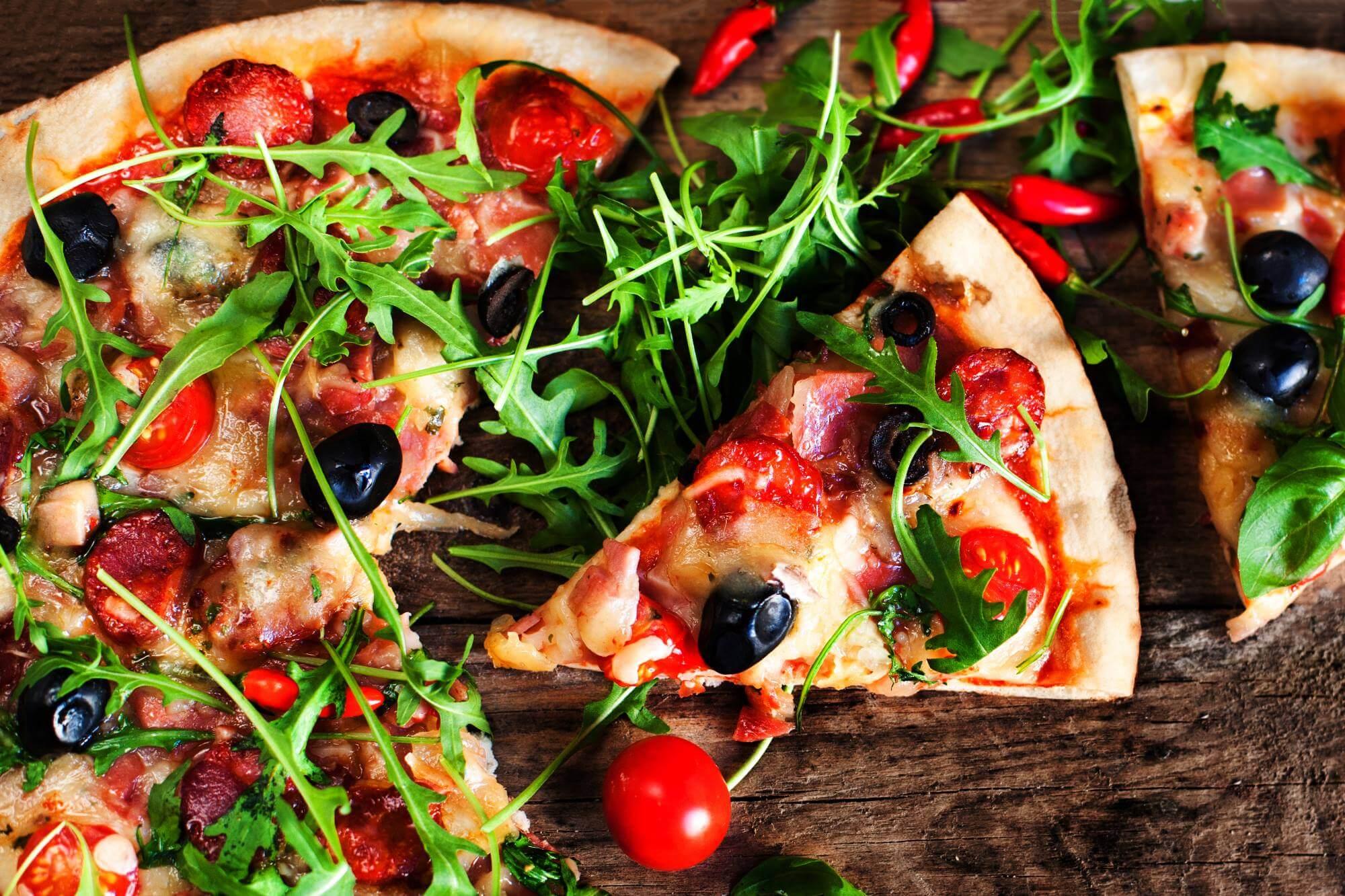 Pizza_Ruccola_Gemüse_Oliven_Käse_shutterstock_547768630-1
